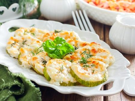 Запечени кръгчета тиквички със сирене моцарела на фурна - снимка на рецептата